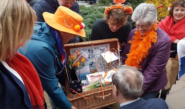Tony wordt de mand met 'Hollandse verrassingen aangeboden door de buurvrouwen van de Stroband.