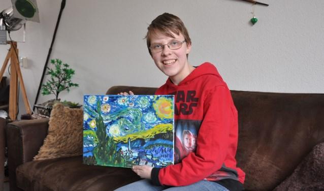 Annika met haar eigen Van Gogh. 'Schilderen is een van mijn vele hobby's'. FOTO: Julie Houben