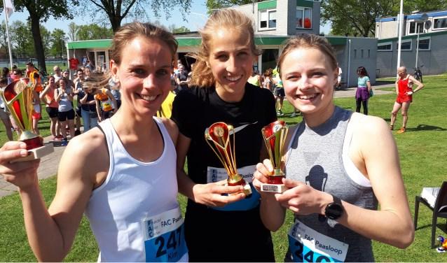 De drie snelste vrouwen in de 43e FAC Paasloop, met in het midden winnares Renee Sijbesma uit Heeze. Bij de mannen won Hichame Frej uit Eindhoven.