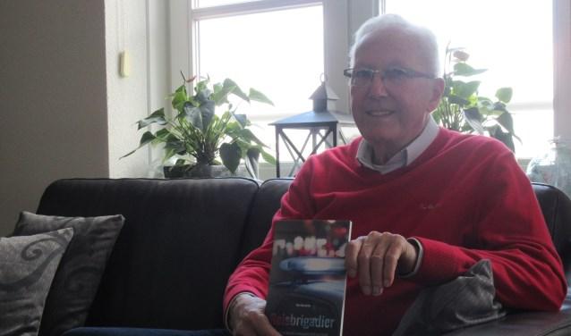Piet Hendriks met zijn boek 'Reisbrigadier'. Tekst en foto: Ria van Vredendaal