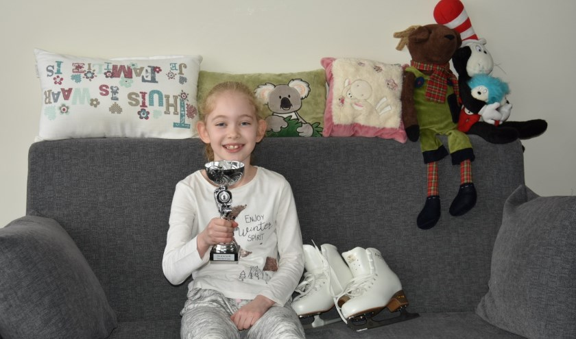 Lucia van Stenis, toont trots haar beker, die ze tijdens de Stars on Ice Cup won in januari.