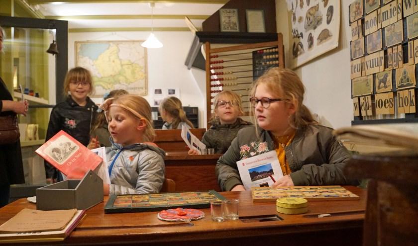 Kinderen in de klas. Zo zaten ze dus heel vroeger! (Foto: Jan Woldberg)