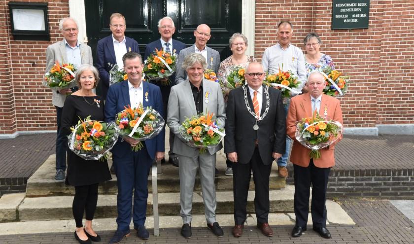 De gedecoreerden met burgemeester Arco Hofland.  Foto: Gerrit Lammers.