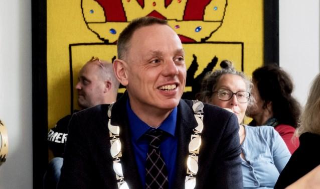 """Ron König op bezoek bij de breisters van de """"Sjaal om Voorstad Oost"""". (foto Auke Pluim)"""