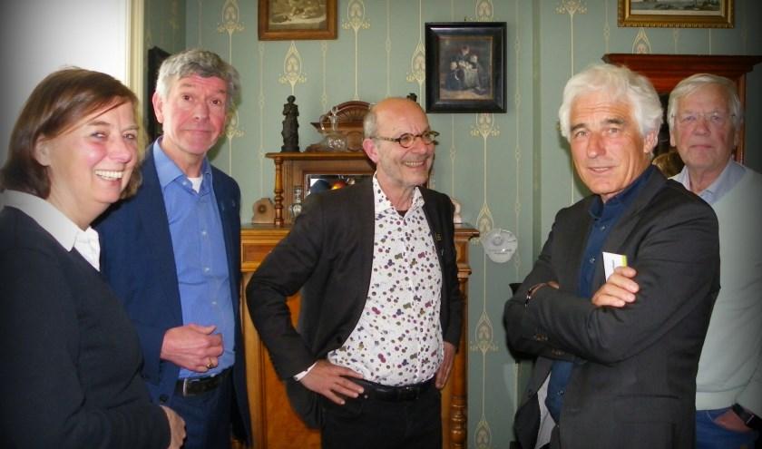 Annemiek de Jong en Gé Vaartjes (li) met wethouder Leo Maat , voorzitter Michiel Gerritsen en Teun Oppelaar.