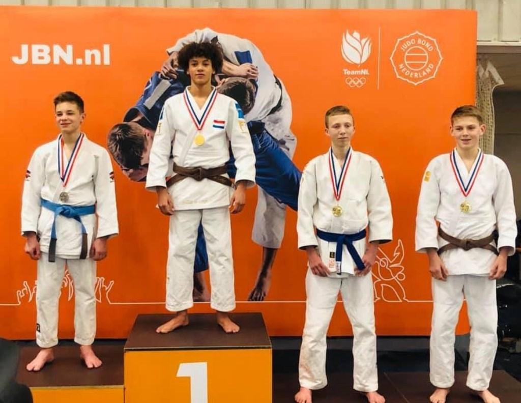 Geheel rechts Hugo Hesselink (-50 kg) uit Enschede. Hij wist het brons te veroveren.
