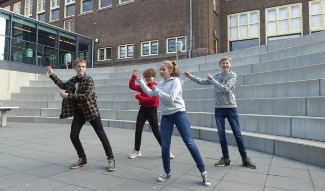 Een van de moves die leerlingen maken tijdens het 'Sprookje van de weggelopen kinderen en het kreng'. (foto: Marnix ten Brinke)