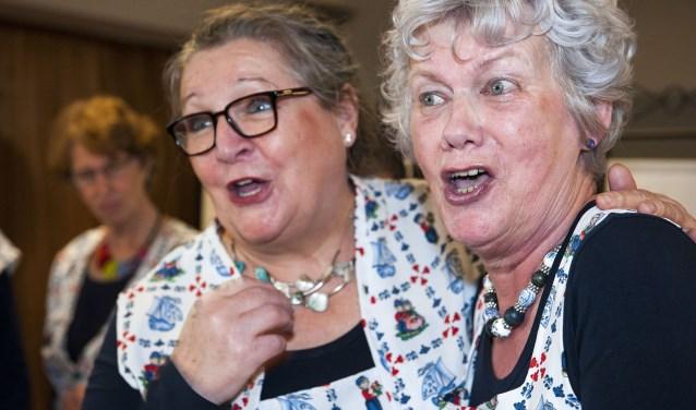 Het koor De Vrolijke Vrollies brengt de sfeer erin tijdens de ontmoetingsdag voor ouderen in Gendt. (foto: Ellen Koelewijn)