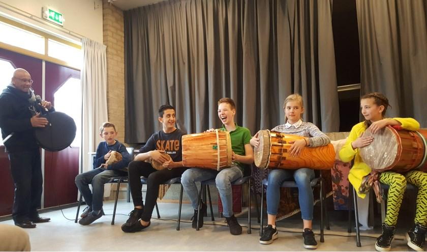 De leerlingen uit groep 7 en 8 hebben ook muziek gemaakt op traditionele Molukse trommels.  Eigen foto.
