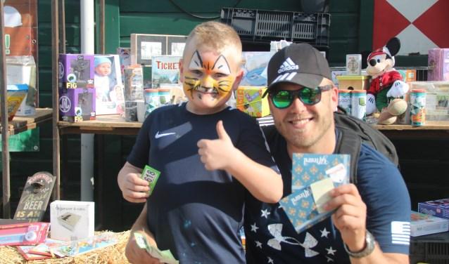Stefan van der Born en zijn zoon Siem wonnen op Tweede Paasdag de hoofdprijs van het Rad van Avontuur: een Efteling-cadeaukaart van 200 euro. Foto: Claudine Ester