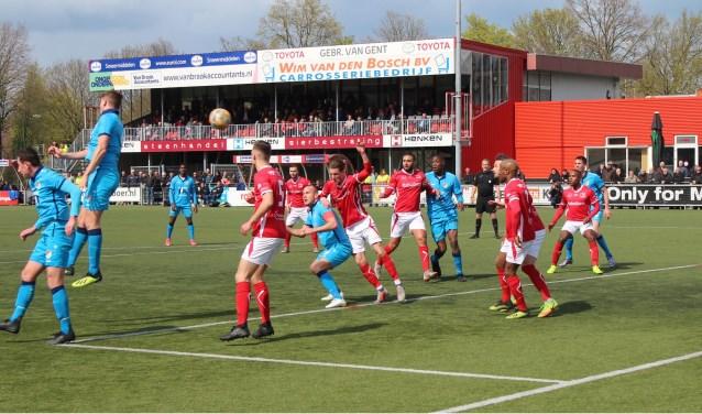 Een luchtgevecht tussen spelers van ONS Sneek en DOVO voor het doel van DOVO-doelman Tim van de Weerdhof. (Foto: Henk Jansen)