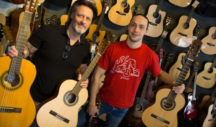 Kaj Ringenier (links) en gitaardocent Pim willen zoveel mogelijk Enschedese kinderen 'aan de gitaar' helpen.
