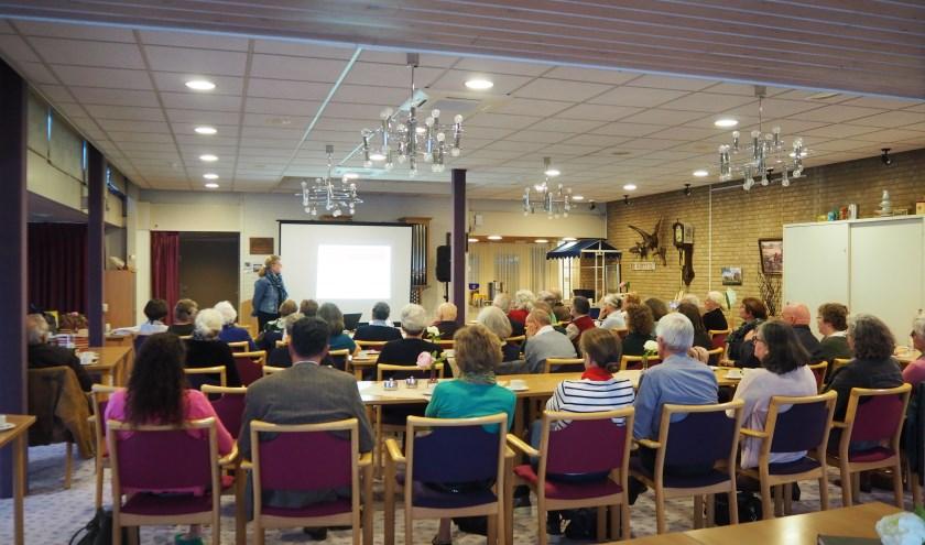 Trudy Slinger houdt een presentatie over dementie