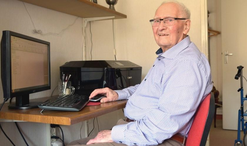 Piet Borsboom achter zijn computer voor het maken van een nieuw verhaal, of dvd met foto's en films. (Foto: Frans Assenberg)