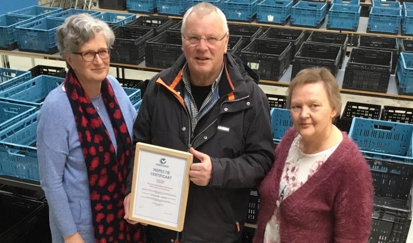Een trotse Wim Rijnbrand toont, samen met Joke v.d. Berg en Carry van Hofwegen, het behaalde certificaat.