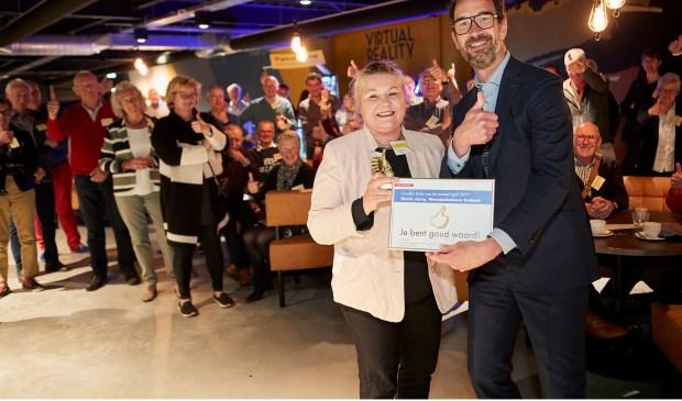 Gedeputeerde Henri Swinkels overhandigde de Gouden Duim voor alle vrijwilligers aan voorzitter Nicole Jorna van de Wensambulance Brabant.Foto: Wim Hollemans