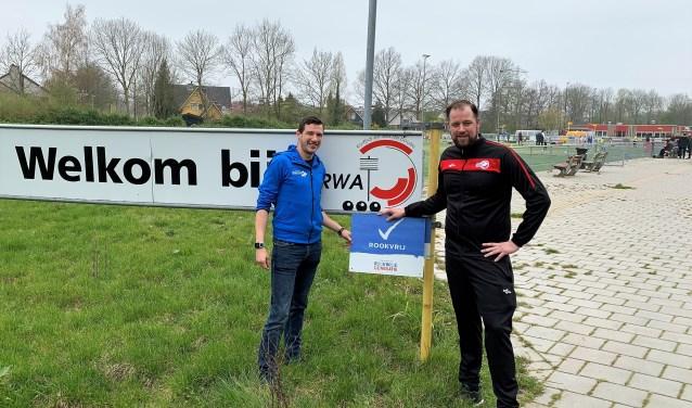 Frank Bouterse, BuurtSportCoach bij Stichting Welzijn Albrandswaard met Joost van Hensbergen van korfbalvereniging RWA