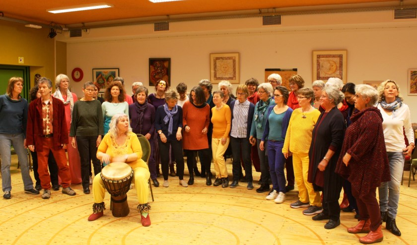 Anneke Boogaard en haar wereldmuziekkoor Kuzobond. (Foto: Martina Roovers)
