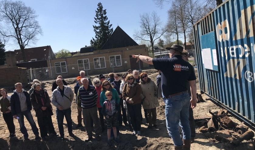 Belangstellenden van binnen en buiten het dorp luisteren aan de 'Rue de traiteurs, limonadiers et marchands' naar het verhaal van Wilfried Hessing (rechts op de foto).
