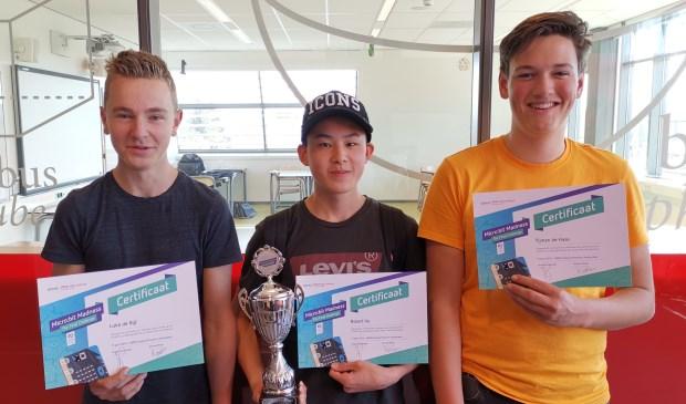 Fotobijschrift: Luka, Robert en Tijmen met de beker voor meest creatieve team van de STEAM Cup Challenge. Foto: Femke de Schepper.