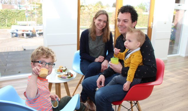 Kinderen en volwassenen genieten van de high tea in Elst, bedoeld voor nieuwe inwoners van Overbetuwe. (foto: Eric van Haalen)