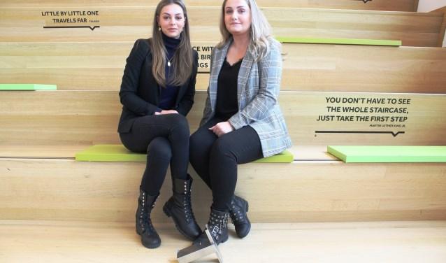 """Sanne van Rie (links) en Shannon Sondagh: """"Dit avontuur en het heeft ons erg veel goeds opgeleverd."""" (Foto: Martina Roovers)."""