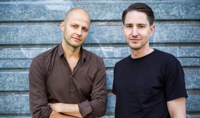 De auteur van 'Destiny' is Simon Caspers, de schrijversnaam van de vrienden Martijn Simons (r) en Casper Vandeputte. FOTO: PR