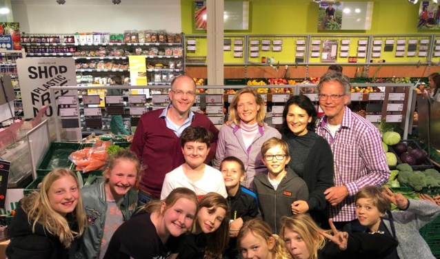 meester Eric-Jan, Cynthia Weerstra, partner van Jan Peter, Gitta van Eick, eigenaar EkoPlaza Jan Peter Oosterloo en een paar kinderen van groep 6 tijdens de winkelsafari.