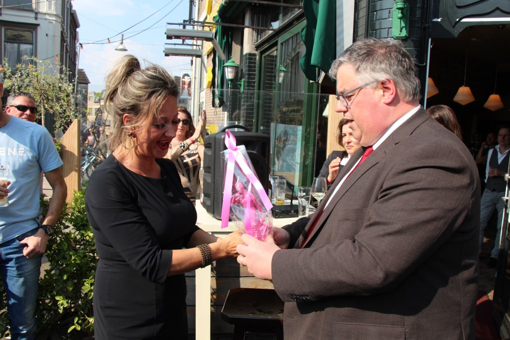 Burgemeester Bruls feliciteert Claudia van Kesteren met 20 jaar Annie. (Foto Eric van Haalen)  © Persgroep