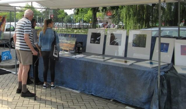 Foto van een eerdere kunstmarkt op een mooie zomerse dag. (Foto: Cees van Meerten/ FotoExpressie)
