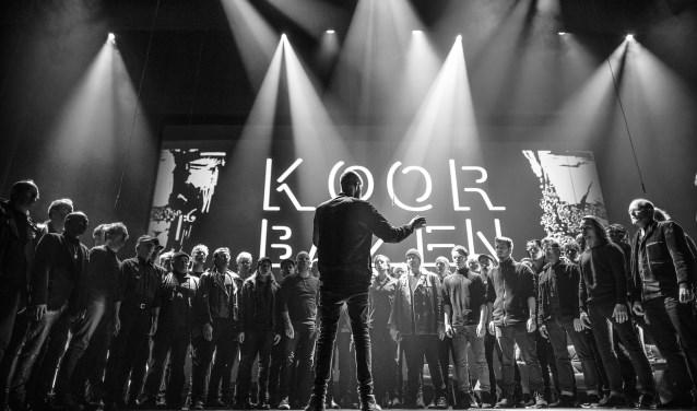 Vijftig mannen, vijftig stemmen. Koerbazen geeft gedurende twee weekenden vier concerten in de leegstaande fabriekshal van Vishay. (foto: Erik Franssen)