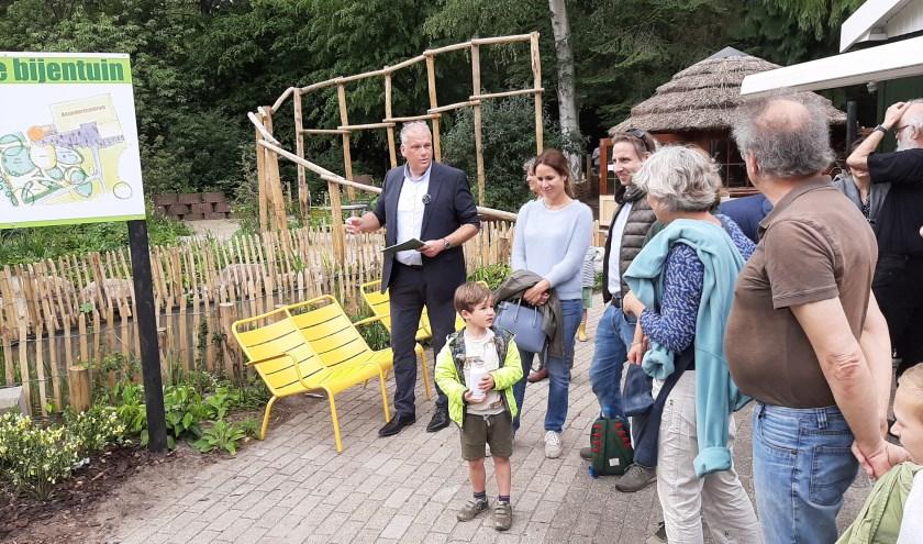 Wethouder Catsburg vertelt bezoekers over de nieuwe bijentuin op de Boswerf en over het bijenvriendelijke beleid van de gemeente Zeist