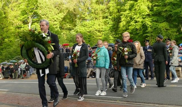 Burgemeester Hans van der Pas legt met Rhenense schoolkinderen een krans. (Alle foto's: Erik Helmers)
