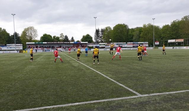 JVC Cuijk ging zondag in eigen huis met 0-4 onderuit tegen OFC. Jeroen van Schoonhoven (9) anticipeert op een kopbal. (Foto: Sander Berends)