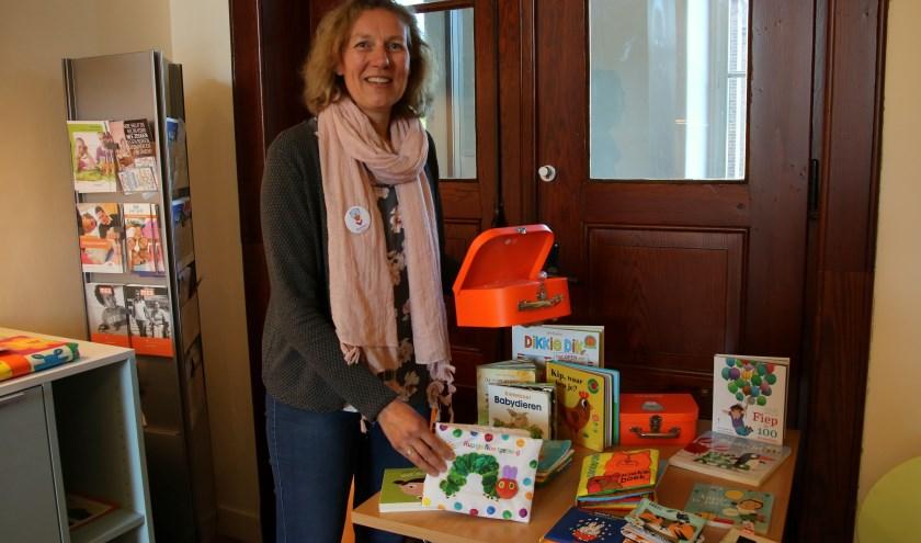 Susan Willemsen beschikt in het consultatiebureau over een eigen hoekje vol met boekjes voor kinderen van 0 tot 4 jaar. (foto: Elsie Schoorel)