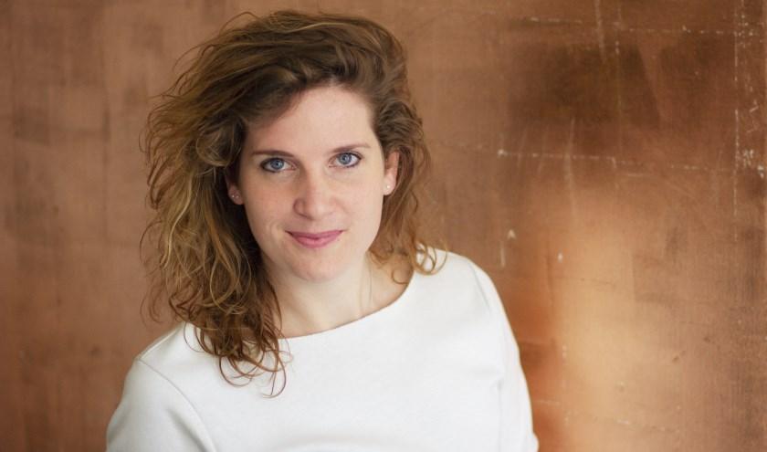 Wieke Vrijhoef, directeur Stichting Podiumkunsten De Weijer, is in haar nopjes met de programmering. (foto: Ellis van Eijden)