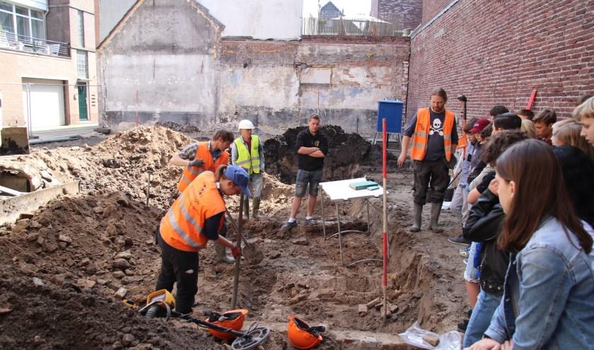 Leerlingen van groep 8 van OBS De Tweemaster bij de opgraving in de Knipsteeg. Foto: Michel Verspuij