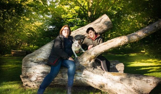 Nathalie van Horik (links) en Sharon van Wijngaarden organiseren de hondendag. (foto PR)