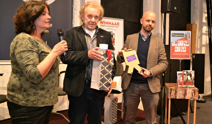Jac. J. Baart (midden) en Lennart van Oudheusden ontvingen zaterdag de Donner Boekenprijs. Links Karin Kosmeijer. (foto: Arco van der Lee)