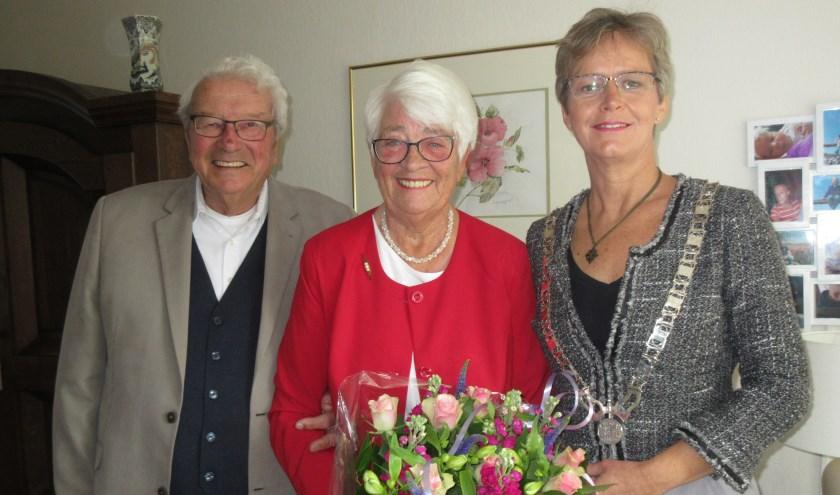 Het echtpaar Smorenburg met burgemeester Van Mastrigt. Tekst en foto: Ria van Vredendaal