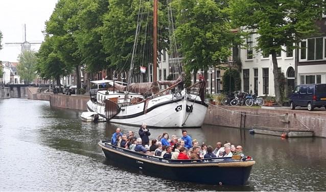 Loungeboot in de Lange Haven met op de achtergrond molen De Noord.