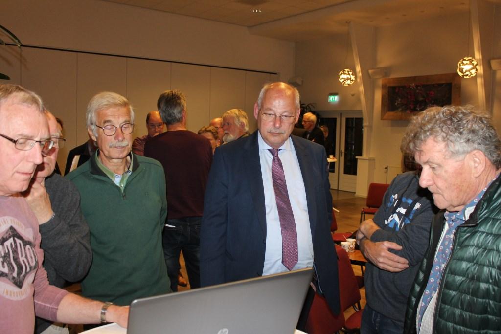 Overleg in groepen tijdens de avond van de Progressieve Partij over een energieneutrale toekomst. Foto: Leo van der Linde © Persgroep