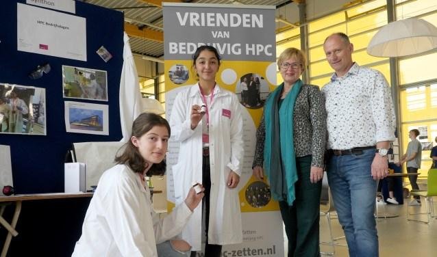 HPC-leerlingen Nayara en Defne samen met initiatiefnemers Ulli Bakker en Cor Aarns