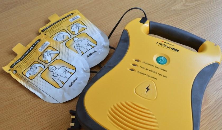 Het niet eerst hoeven ophalen van een AED, maar die reeds bij de hand hebben kan belangrijke tijdswinst opleveren.