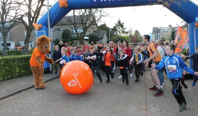 Brede School Lingewaard en WASKO Dikkertje Daphielden tijdens de Koningsspelen een sponsorloop.Eigen foto