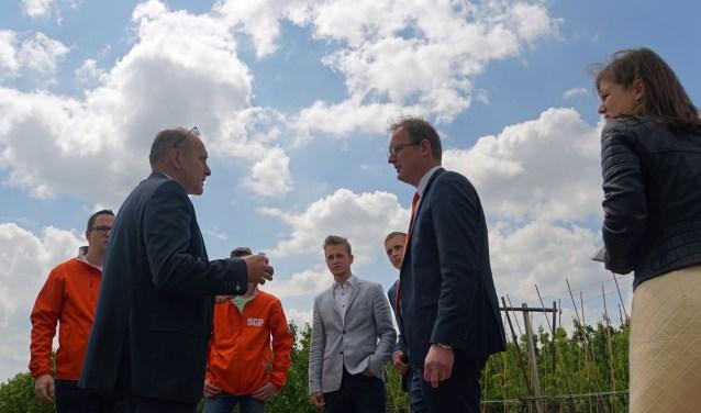 Tweede van links Thomas de Vree met tweede van rechts Bert-Jan Ruissen met SGP/CU-delegatie (Foto: Jan Woldberg)