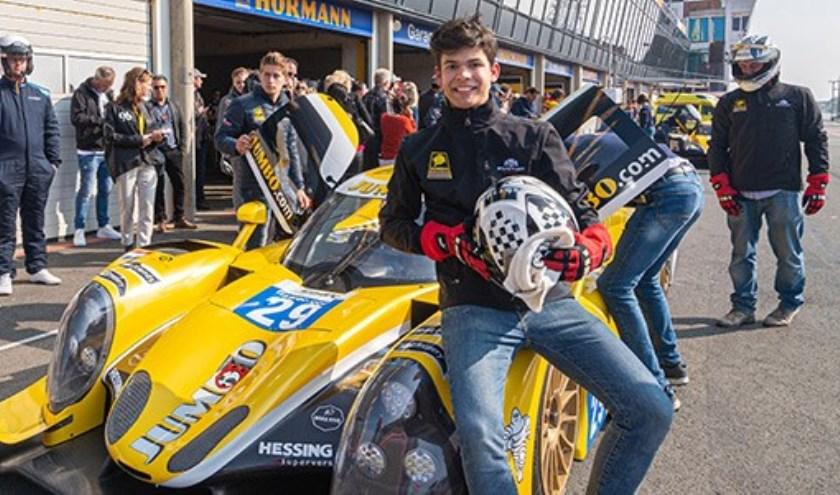 Jumbo klant Max Masselink racet met ruim 250 km per uur over het circuit van Zandvoort tijdens de Jumbo Racedagen.