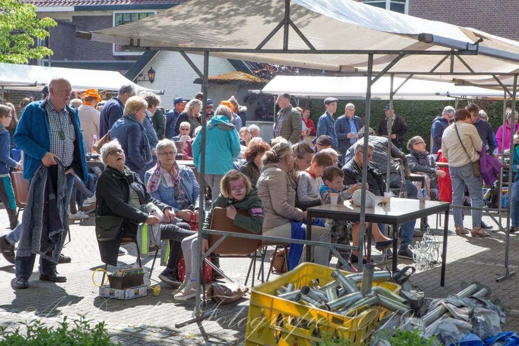 Drukke stiefbeenmarkt in Tricht  Foto: Ab Donker © Persgroep