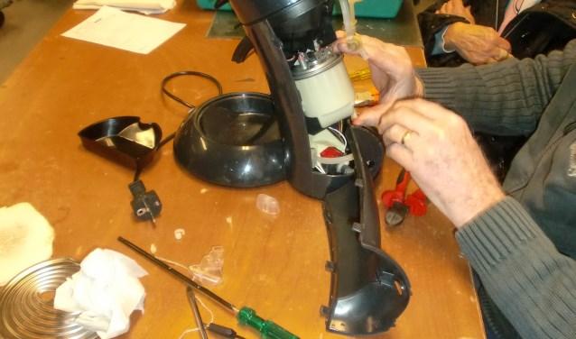 Reparatie van een koffiezetter bij Repair Café Waalwijk.