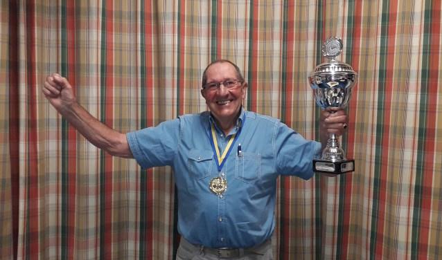 Winnaar Wim Bennink met de BijHillen-cup.